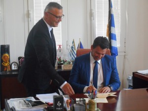 Ο Δήμαρχος Ζηρού κ. Καλαντζής ενώ υπογράφει την συμβολαιογραφική πράξη