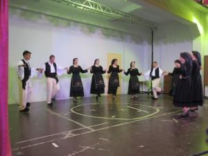 """Τα μέλη του Συλλόγου Ανωγειωτών """"Ο ΠΑΠΑΓΙΩΤΗΣ"""" ενώ χορεύουν παραδοσιακά τραγούδια"""